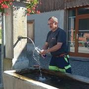 Peter Langhart, Mitarbeiter der Werkbetriebe Frauenfeld, nimmt eine Trinkwasserprobe am öffentlichen Brunnen in der Obholzstrasse. (Bild: pd)