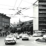 Der Pilatusplatz in den 1960er-Jahren vor der Umgestaltung. Im Hintergrund ist die Stadtverwaltung zu sehen. Die Gebäude links wurden abgerissen, jenes rechts 1969 mit dem Reiterbauwerk über die Obergrundstrasse hinweg verbunden. (Bild: PD)