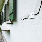 Riss in der Wand des Jagdhauses. (Bilder: Christoph Heer)