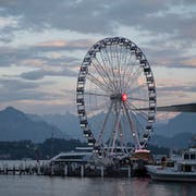 Publikumsmagnet und Fotosujet: Das «Swisswheel», das grösste Schweizer Riesenrad, an der Luzerner Herbstmesse, die am Wochenende zu Ende gegangen ist. (Bild: Urs Flüeler/Keystone)