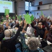 Abstimmung an der Delegiertenversammlung der Grünen am Samstag in Bellinzona. (Bild: Davide Agosta/Keystone (Bellinzona, 27. Oktober 2018))