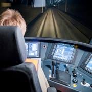 SBB und BLS locken Lokführer mit Sonderprämien in den Führerstand, um dem Personalengpass beizukommen. (Bild: Christian Merz / Keystone