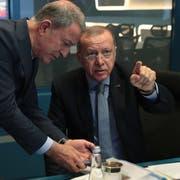 Der türlische Präsident Recep Tayyip Erdogan verfolgt den Beginn der Militär-Operation zusammen mit seinem Verteidigungsminister. (Bild: Keystone)