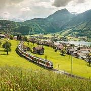 Eine Zugkomposition der Zentralbahn fährt dem Lungerersee entlang. (Bild: PD)