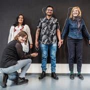 Tea Hatadi, Diana Becerra Guzmán, Esneider Gamboa Burbano, Mirjam Wanner von der Künstlergruppe Cosmos (v.l.) vor der leeren Wandtafel. Bild: Andrea Stalder