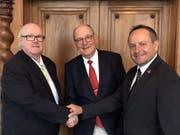 Peter Wyss, der neue Fraktionspräsident der SVP im Nidwaldner Landrat (Mitte) mit seinem Vorgänger Peter Waser (links) und Stellvertreter Markus Walker. (Bild: PD)