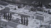 Die Kantonsschule am Alpenquai während der Bauarbeiten: Die Hauptgebäude sind fertig erstellt, bei der Aula (Mitte hinten) stehen erst die Grundmauern. Vorne das später abgerissene Kühlhaus Luzern. (Bild: Stadtarchiv Luzern)