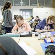 Schüler im alters- und niveaugemischten Geografie-Unterricht der 1. bis 3. Oberstufe in Luthern. (Bild: Manuela Jans-Koch, 10. November 2016)