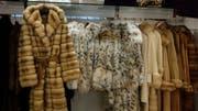 In der Schweiz gibt es eine Deklarationspflicht für Pelzprodukte. Im Bild Pelzmäntel in einer Boutique in St. Moritz. (Bild: Alessandro Della Bella/Keystone)