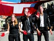 Nach Ansicht der Gruppe Schweiz ohne Armee (GSoA) ist das Land daran, eine «blutige rote Linie zu überschreiten». Im Bild Aktivisten mit Masken der bürgerlichen Bundesräte Guy Parmelin, Ueli Maurer, Ignazio Cassis, Johann Schneider-Ammann. (Bild: Keystone/JEAN-CHRISTOPHE BOTT)
