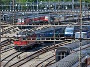 Der Bahnverkehr in und um den Bahnhof Bern kam am Freitag für einige Minuten zum Erliegen. Grund dafür war eine Fahrleitungsstörung (Archivbild). (Bild: KEYSTONE/GAETAN BALLY)