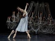Elizabeth Wisenberg als Julia und Alexander Jones als Romeo in Christian Spucks Choreografie. (Bild: Gregory Batardon)