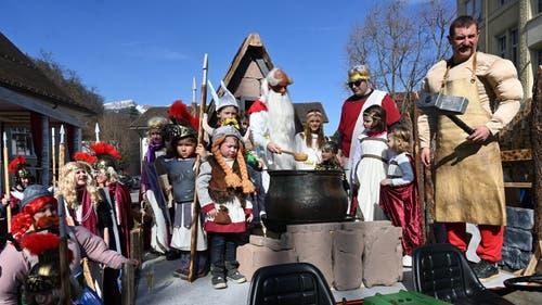 Der Familientreff Kägiswil stellte gleich die ganze Besetzung des gallischen Dorfs, inklusive Römern. Auch Zaubertrank gab es selbstverständlich.