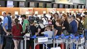 Am Samstag war am Flughafen Zürich ferienbedingt viel los. (Bild: KEYSTONE/Walter Bieri)
