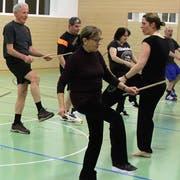 Die Herzgruppe trainiert jede zweite Woche in der Sek-Turnhalle in Niederuzwil. (Bild: Ernst Inauen)
