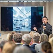 Architekt Sou Fujimoto erläutert an der Alumni-Konferenz in St.Gallen seine Ideen fürs neue HSG Learning Center. (Bild: Urs Bucher)