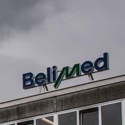 Die Leuchtbuchstaben auf dem Dach der ehemaligen Belimed-Zweigstelle in Ballwil gehören seit 2016 der Vergangenheit an. Bald ergeht es dem Standort Mühldorf in Deutschland gleich. (Boris Bürgisser; Ballwil, 13. Juli 2016)