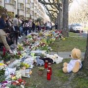 Am Tatort im Gotthelfquartier werden nach der Bluttat Blumen niedergelegt. (Bild: Nicole Nars-Zimmer)