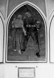 Der Soldat nimmt Abschied von Frau und Kind. Von den fünf Bildern des Soldatendenkmals in Schwyz konnte nur dieses gerettet werden. (Bild: Staatsarchiv Schwyz)