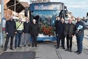 Verantwortliche der Busbetreiberin Wil Mobil mit Gemeinden- und Kantonsvertretern bei der Haltestelle St.Margarethen Dorf. (Bild: Roman Scherrer)