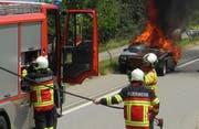 Feuerwehrleute rücken zum Fahrzeugbrand bei Feusisberg an. (Bild: Kantonspolizei Schwyz, 7. Juni 2018)