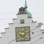 Die Uhrenanlage am Waaghaus (hier gesehen durchs Kabelgewirr über dem Bohl) besteht aus Zifferblatt und Zeigern, aus der Monduhr darüber und aus einem Turmreiter mit Glocke und Hammer für den Stundenschlag auf dem Dach. (Bild: Reto Voneschen - 25. März 2019)
