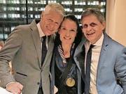Bild mit Erinnerungswert: Nicole Lohri in New York mit Medaille und den Laufsportlegenden Thomas Wessinghage und Markus Ryffel. (Bild: PD)