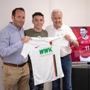 Ruben Vargas (Mitte) mit seinem Berater Josef Jost (rechts) und dem Augsburg-Geschäftsführer Michael Ströll bei der Präsentation beim Bundesligisten. (Bild: FC Augsburg, 17. Juni 2019)