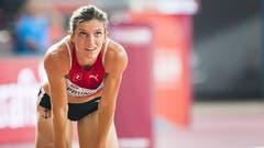 Im Ziel ausgepumpt: Léa Sprunger nach ihrem starken Rennen über 400 Meter Hürden, in dem sie neuen Landesrekord lief. (Bild: Keystone)