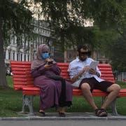 Das Bild des Anstosses: Eine verhüllte Frau mit Mundschutz auf einer Bank in Lugano. (Bild: zvg)