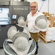 Marcus Risi, Inhaber der Stanser Firma 3D-Prototyp GmbH, hat mit dem 3D-Druck der Schweizergarde-Helme alle Hände voll zu tun. (Bild: Urs Flüeler/Keystone, 18. Juni 2018)