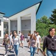 Schülerinnen und Schüler vor dem Neubau der Kantonsschule Frauenfeld. (Bild: PD/Kanti Frauenfeld)