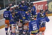 Die Spieler des SCW feieren beim zweitletzten Playout-Spiel gegen den EHC Uzwil ihren letzten Sieg in der 1. Liga. (Bild: PD)