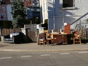 Vermutlich Überreste einer Zügelaktion: Möbel «gratis zum Mitnehmen» Anfang Woche an der Lindenstrasse. (Bild: PD/St.Galler Stadtmelder - 25. Februar 2019)