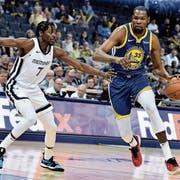Einer der Superstars bei den Golden State Warriors: Kevin Durant (rechts). (Bild: Brandon Dill/AP)