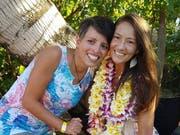 Beide strahlen: Susann Schuh (links) und Amanda Eller beim grossen Fest auf Hawaii. (Bild: PD)