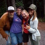 Susann Schuh (2.v.l.) mit anderen Helfern, nachdem bekannt wurde, dass Amanda Eller gefunden worden war. (Bild: pd)