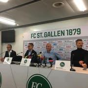 Jetzt ist er da: Peter Zeidler (2.v.r.). Links neben ihm Präsident Matthias Hüppi und Medienchef Daniel Last. Rechts Sportchef Alain Sutter. (Raphael Rohner)