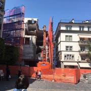 Die Abrissarbeiten am Kapellplatz haben begonnen. (Bild: Marc Benedetti (Luzern, 28. August 2018))