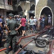Verwüstung und Zerstörung: Vor der Kirche Batticalova in Colombo herrscht Chaos nach der Explosion. (Bild: Keystone)