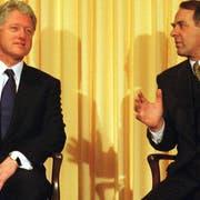 WEF-Premiere: Im Jahr 2000 besuchte erstmals ein amtierender US-Präsident Davos: Bill Clinton (hier mit Bundespräsident Adolf Ogi).