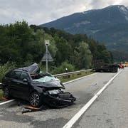 Der 36-Jährige wurde in seinem Auto eingeklemmt und musste von der Feuerwehr geborgen werden. (Bild: Kapo GR)