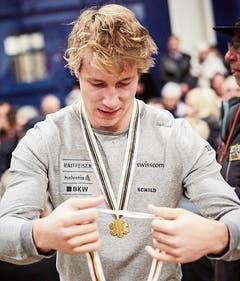 Ski-Goldjunge Marco Odermatt wird als fünffacher Juniorenweltmeister in Buochs empfangen. (Bild: Jakob Ineichen (11. Februar 2018))