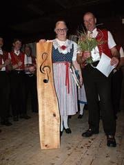 Der Präsident des Männerchors, Niklaus Zwingli, überreicht der Dirigentin Doris Sutter ein Abschiedsgeschenk. (Bild: Thomas Rüegg)