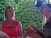 Margot Buchert (links) und Cornelia Buder zitierten am Freitagabend zur «Essenz des Seins». Bild: Michael Hug