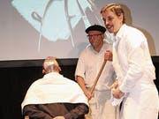 «Dällebach Kari» (Dominik Arnold) bedient in seinem Coiffeur-Salon einen Kunden. (Bild: Robi Kuster (Spiringen, 7. November 2018))