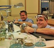 Roger (links) und René Perret führen in ihrem Atelier Arbeiten an Uhren und Schmuckstücken aus. (Bild: Sabine Schmid)