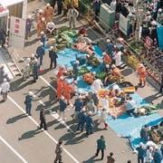 Giftgasanschlag auf die Tokioter U-Bahn vor 23 Jahren: Opfer werden versorgt. Archivbild: Kyodo News via AP (Tokio, 20. März 1995)