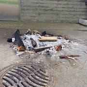 Am Pfingstwochenende entfachten Unbekannte ein Feuer mit grossen Scheiten vor dem Reservoir. (Bild: Hans Keller)