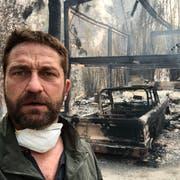 Der Schauspieler Gerard Butler vor seinem niedergebrannten Haus in Malibu. (Twitter/@GerardButler)